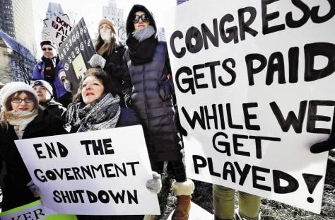 11日、ボストンで抗議活動を行う政府機関の職員ら(AP)