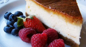 Baked cheesecake with raspberries and blueberries