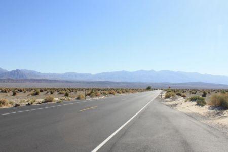 Oneindige weg door Death Valley