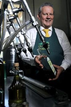 Massimo Palmadori mostra l'olio prodotto nel frantoio