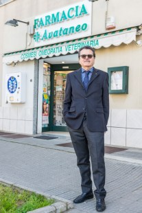 Carlo Avataneo di fronte alla farmacia
