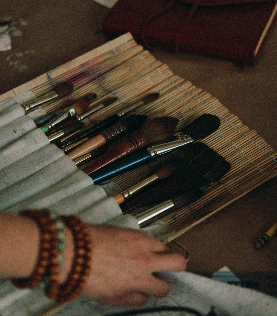 a bunch of paintbrushes for art