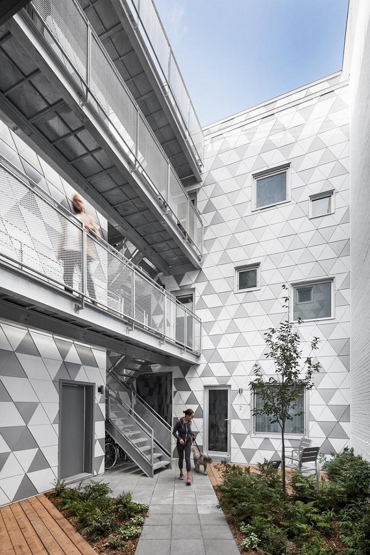 casa canada corte con piastrelle