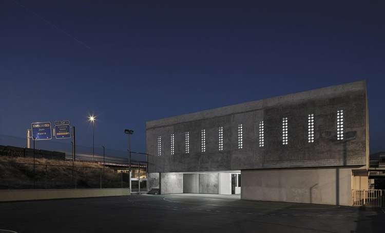 elisa valero edificio scolastico vista notturna