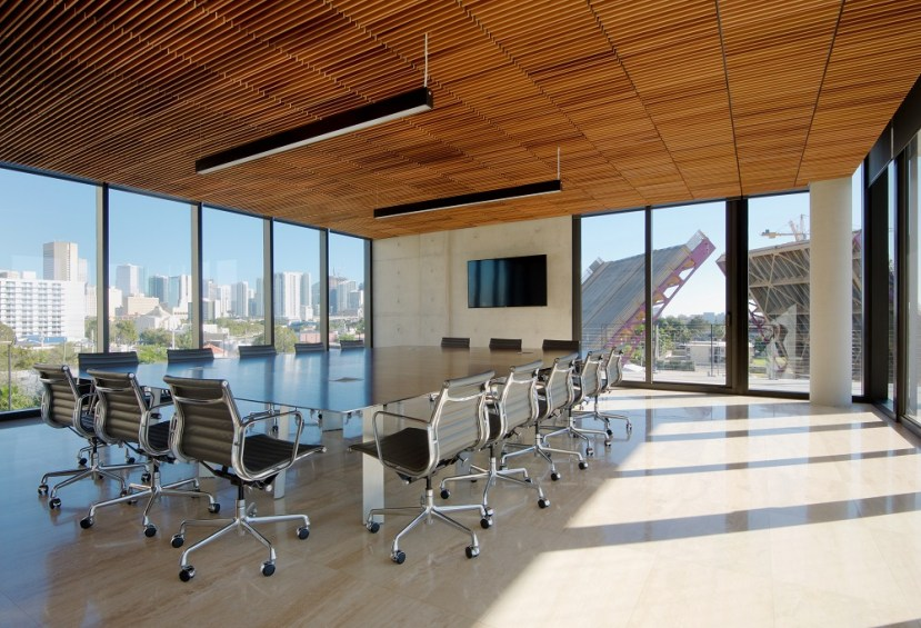Interno della sala riunioni con pavimento in marmo