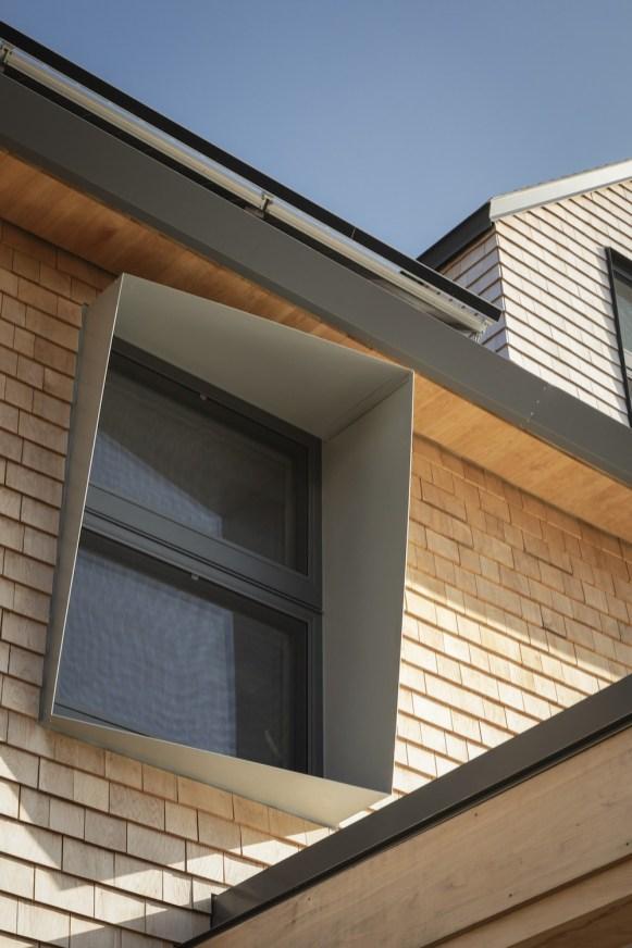 I profili alle finestre proteggono gli spazi interni dal sole diretto durante i mesi estivi riducendo il raffrescamento, ma consentono in inverno lo sfruttamento del calore