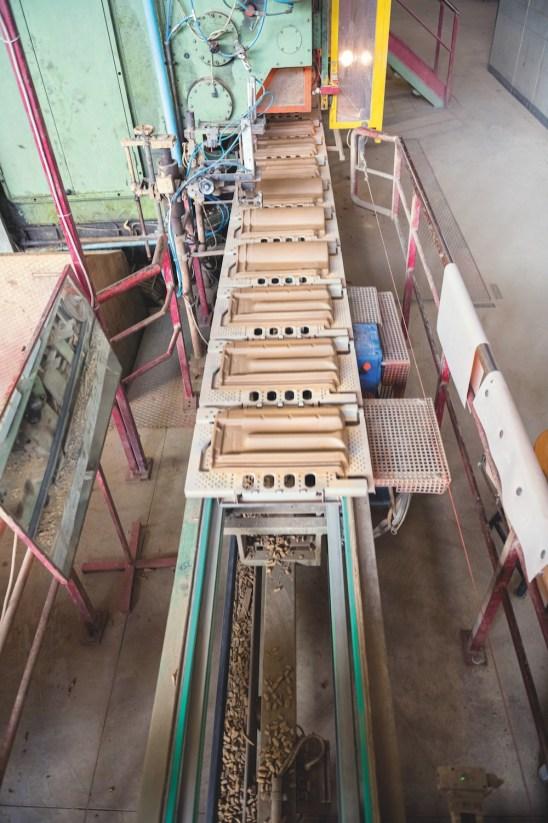 Una fase di produzione di tegole nello stabilimento di Valenza (AL) di Terreal Italia