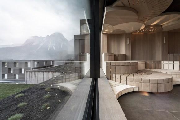 Gli interni in legno della sauna. © Alex Filz