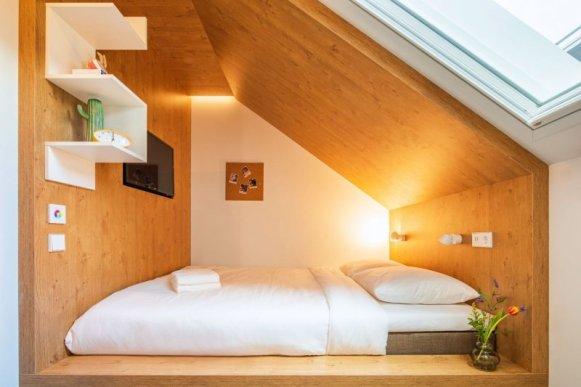 Dettaglio del letto di una camera