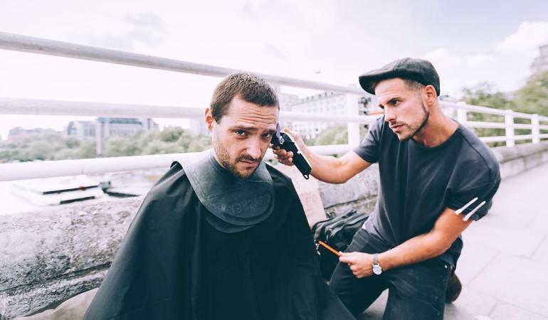 Ce coiffeur londonien offre un nouveau visage aux SDF