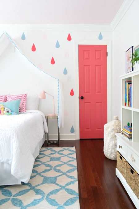 GirlsRoom-Blue-Rug-Pink-Closet-Door