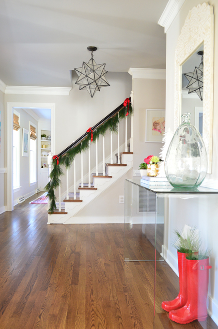 xmas-decor-foyer-console-with-stairs