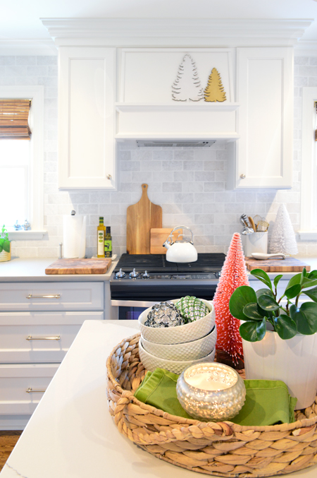 xmas-decor-kitchen-stove-centerpiece
