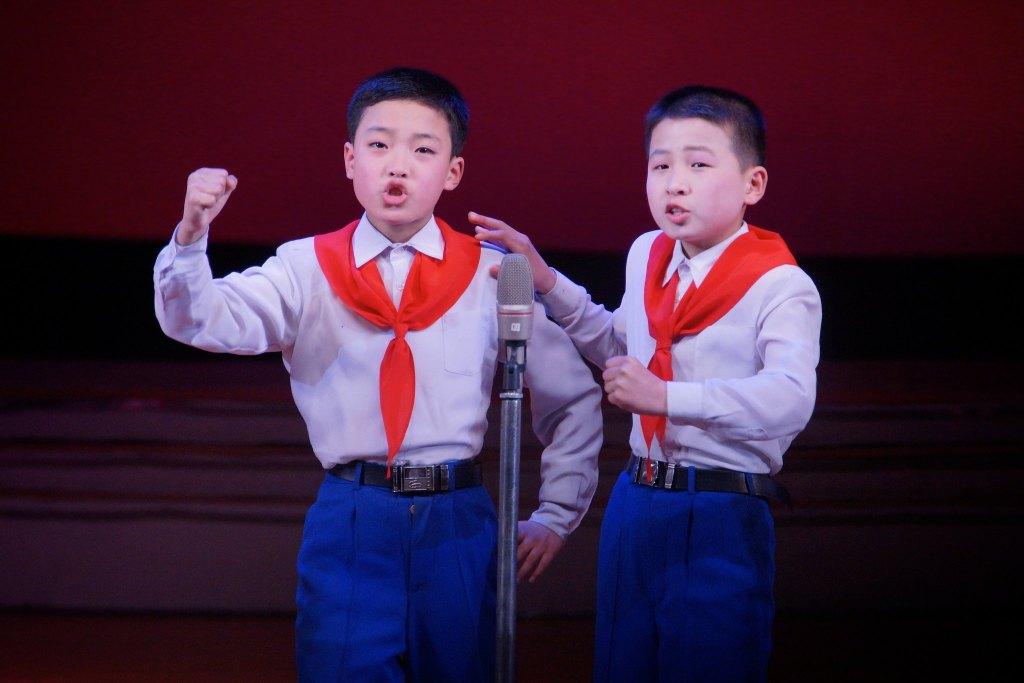 Two pioneer kids singing at the Mangyongdae School