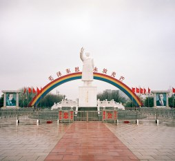 A grand statue of Mao in Nanjiecun