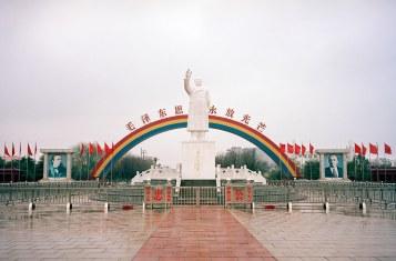 A grand statue of Mao in Nanjiecun