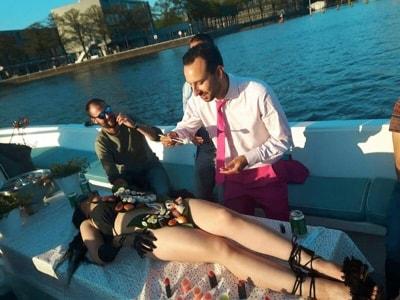 De vrijgezel eet sushi van ons vrouwelijk model