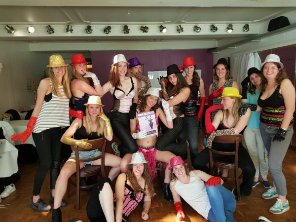 Workshop burlesque bij het vrijgezellenfeest in Breda