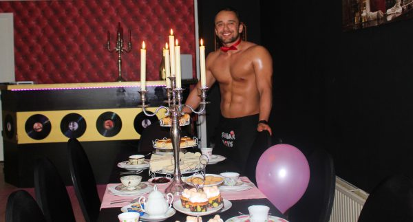 erotische high tea met een sexy butler