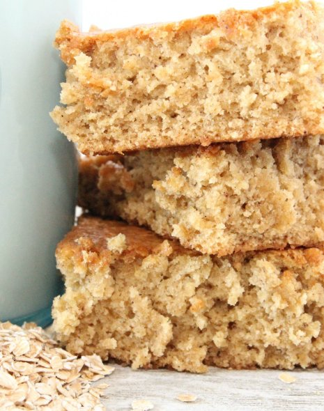 Looking for ways to eat a healthy breakfast and still make it to class on time? These GF Oatmeal Breakfast Bars are delicious and go great with coffee! #glutenfree #breakfastbars
