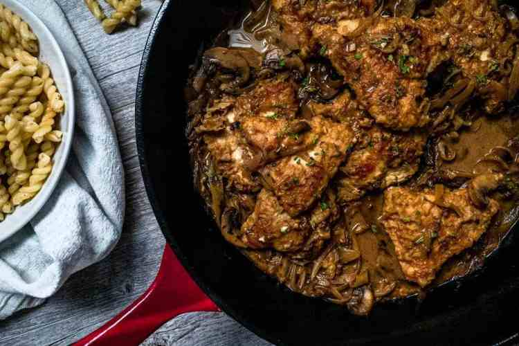 horizontal image of healthy chicken marsala