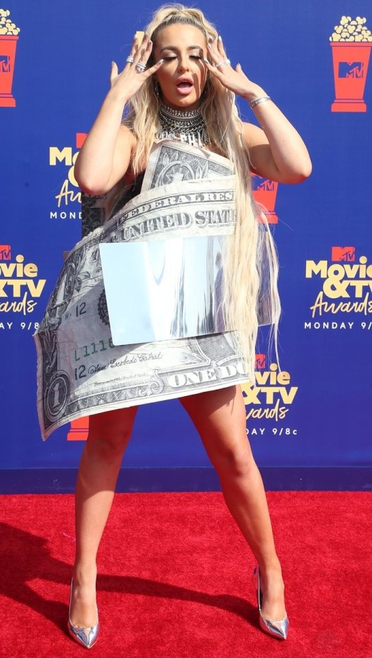 Tana Mongeau looked silly on the red carpet at the 2019 MTV Movie & TV Awards