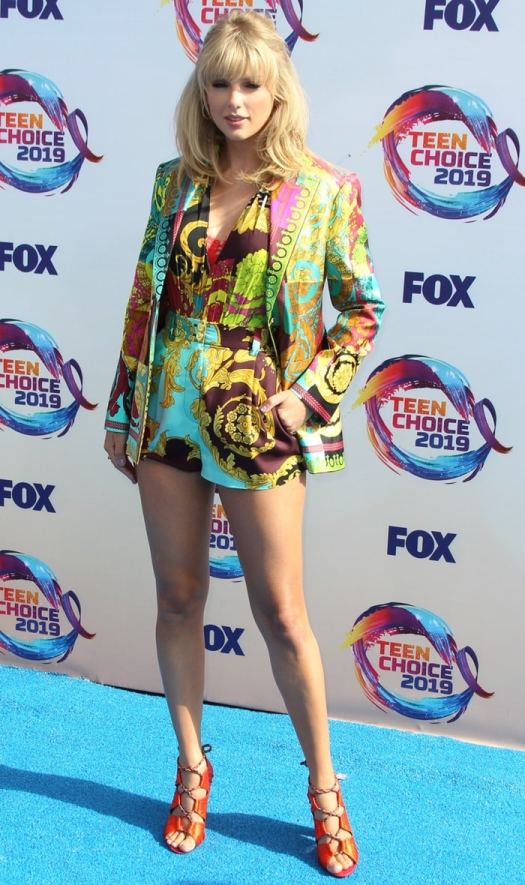 Taylor Swift flaunts her legs while making her entrance on the blue carpet at the 2019 Teen Choice Awards