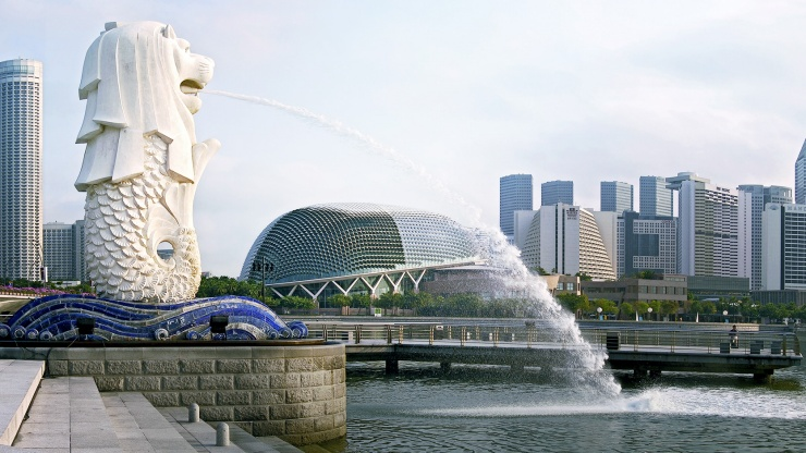 Come and see the Singapore icon that is half-fish and half-lion at the Merlion Park.