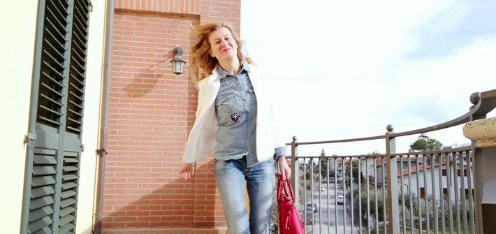 camicia di jeans e blazer bianco