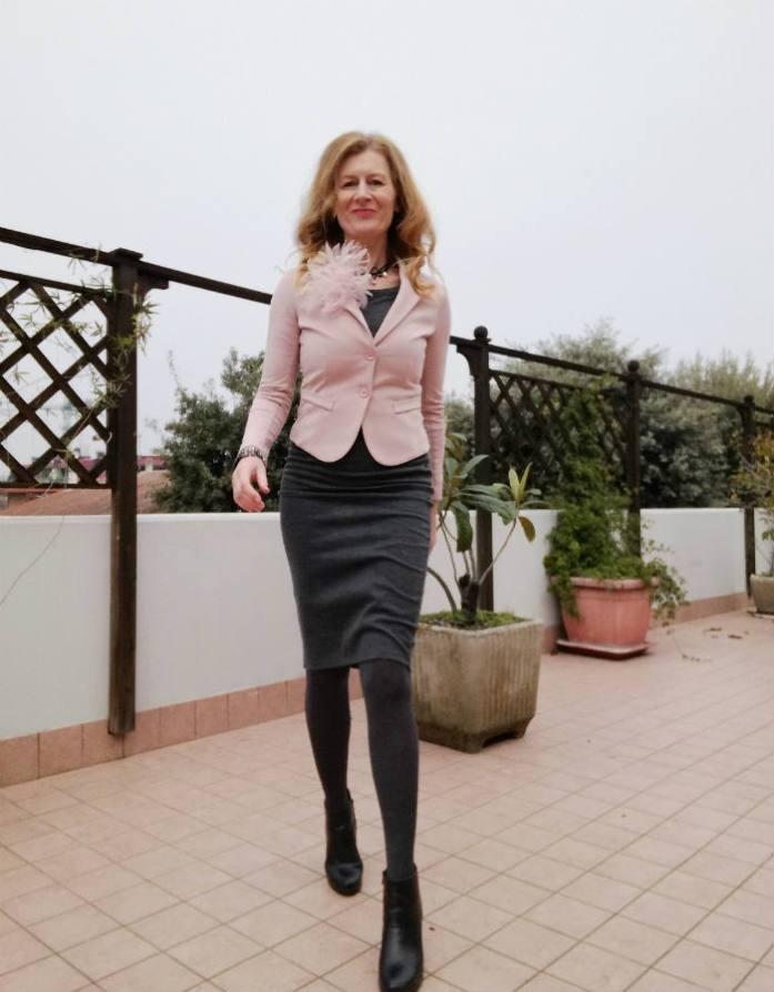giacca rosa e abito grigio