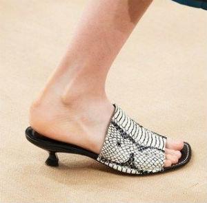 sandalo con tacco basso