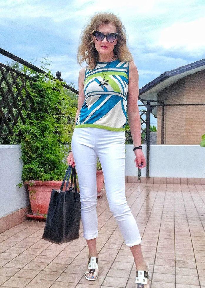 pantaloni bianchi e top in maglia