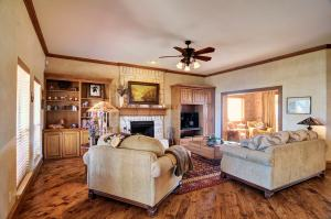 4411GlenwoodLiving RoomV2-min