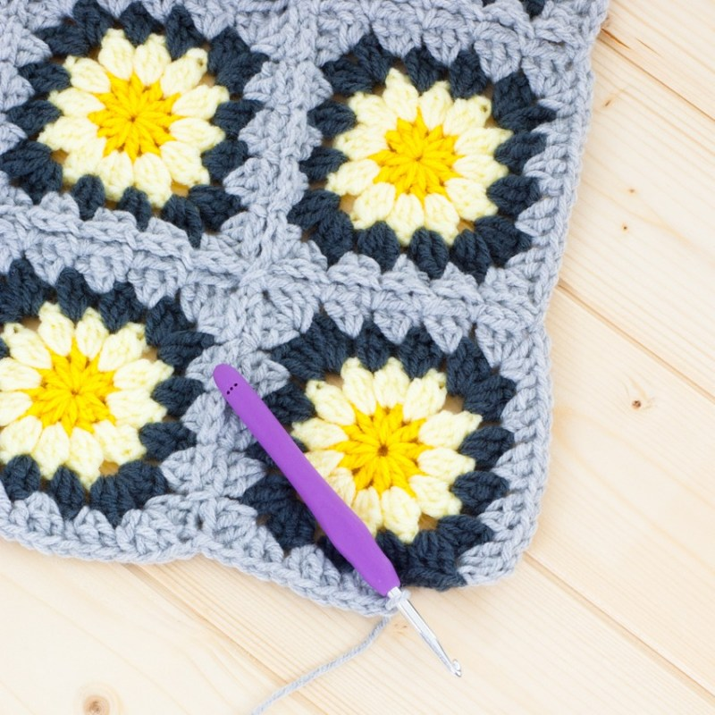 Granny Squares Tutorial: How to Join-As-You-Go | YouShouldCraft.com #crochet