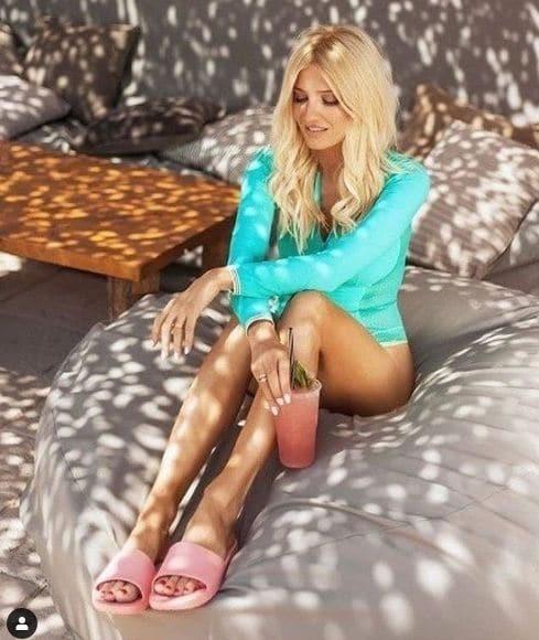 Φαίη Σκορδά: Έδωσε μόλις 18 ευρώ και με αυτό το ροζ παπούτσι της έχει τρελάνει κόσμο!