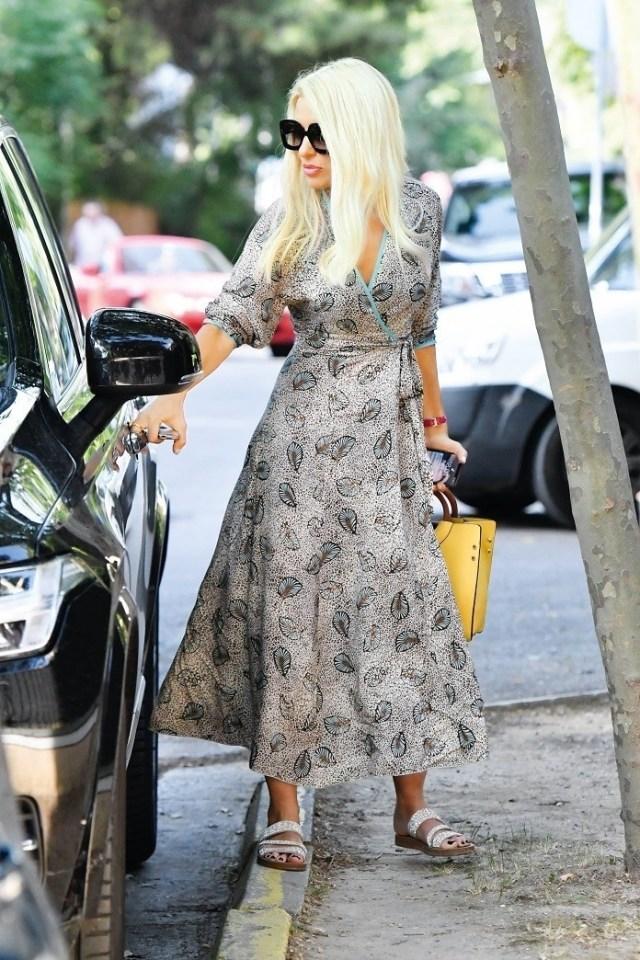 Ελένη Μενεγάκη: Με κίτρινη τσάντα στα χέρια της! Έχει ξεπουλήσει ήδη στα καταστήματα...