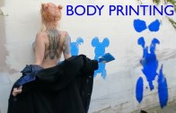Boyadığı Vücuduyla Duvarlara Resim Yapan Emekçi Sokak Sanatçısı