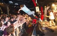 Konserse Seyircilerin Üzerine Balıklama Atladı!