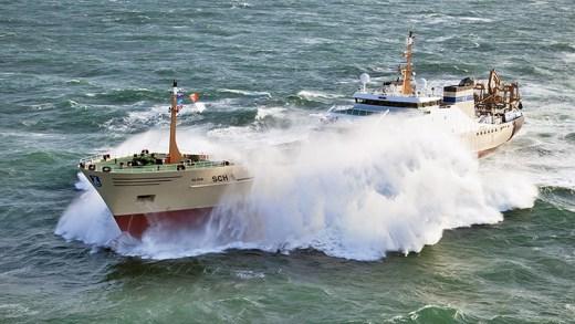 dev dalgalı denizle boğuşan gemiler