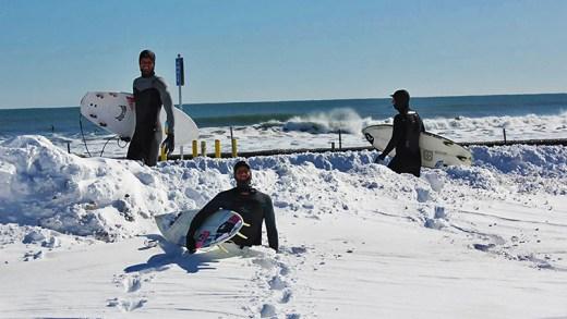donmaya başlayan denizde sörf