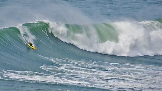 nazare kıyılarında yutan dalga