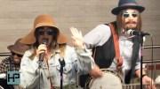Ünlü Yıldız Kılık Değiştirip Metroda Şarkı Söyledi