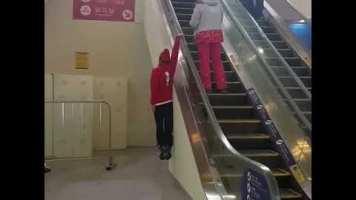 Yürüyen Merdivende Sürpriz!