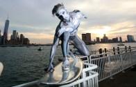 Vücut Boyasıyla Kendini Gümüş Sörfçü Yapan Kaykaycı Olay Oldu