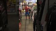 Yarınlar Yokmuşcasına Müzik Market Ortasında Dans Eden Spider Man