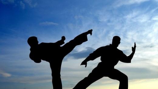 Londra'da Tertemiz Delirmiş bir abimiz tek başına parkta fantastik karate hareketleri yaparken bir amatör çekime denk geldiğinden habersizdi.