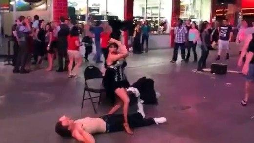 düştüğü halde dansına devam eden genç