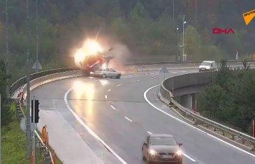 Virajı Dönemeyen Otomobil TIR'ı Köprüden Attı
