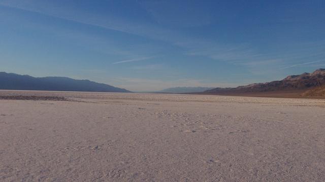 Une partie de la Vallée de la mort se trouve sous le niveau de la mer avec du sel à perte de vue. Photo blog voyage tour du monde http://yoytourdumonde.fr