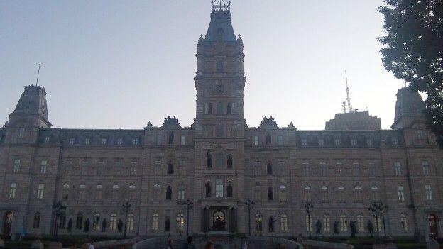 Vous pouvez avoir une visite guidée et gratuite du parlement quebecois qui se trouve dans la ville de Quebec au Canada avec superbe façade photo blog voyage tour du monde http://yoytourdumonde.fr